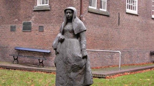The statue in the Amsterdam Beguinage (from insolitamsterdam.com) Facing page, Romana Guarnieri