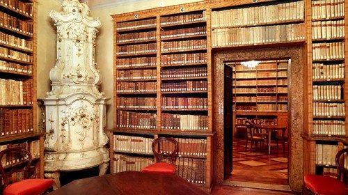 La biblioteca della casa dove è nato Antonio Rosmini