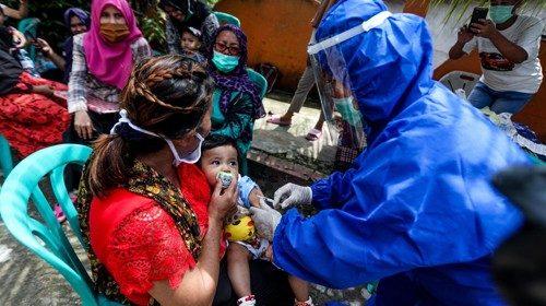 La vaccinazione di un bambino a Medan, in Indonesia (Epa)