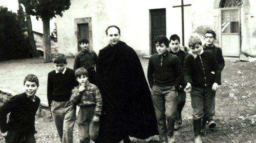 Don Milani e i primi ragazzi, tra cui Michele (febbraio 1958, foto Frighi, Archivio FDLM)