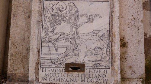 La lapide posta sulla facciata della chiesa