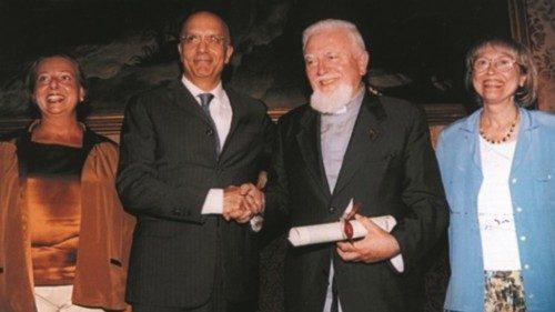 Padre Meda riceve, nel 2004, il premio l'«Ambrogino d'oro»