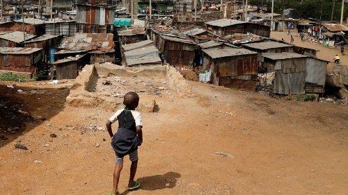 Un bambino nello slum di Mathare nella capitale del Kenya Nairobi (Reuters)