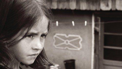 Una bimba romena in una foto tratta dalla mostra «Te iubeste mamma» (2013)